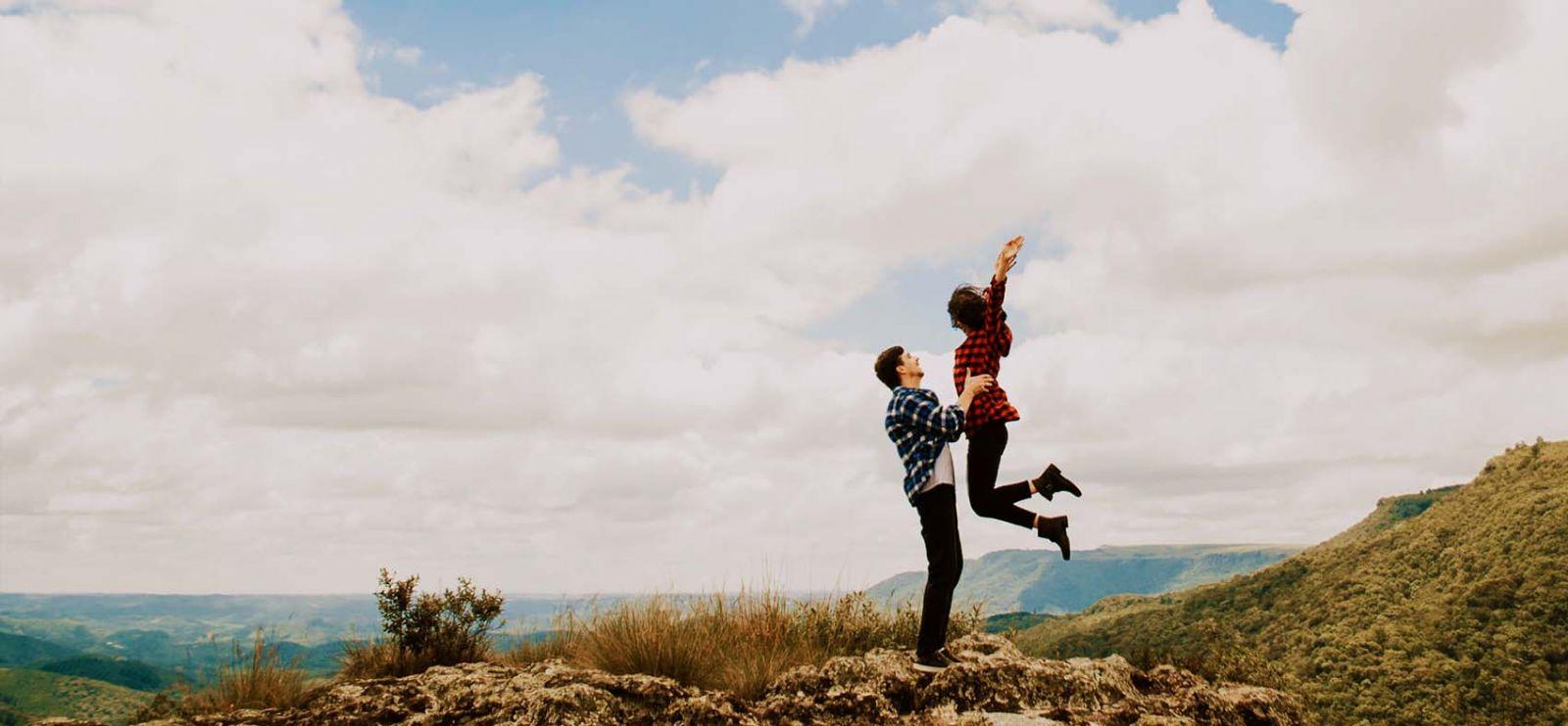 Egy boldog párkapcsolatban élő fiatal fár a hegyen