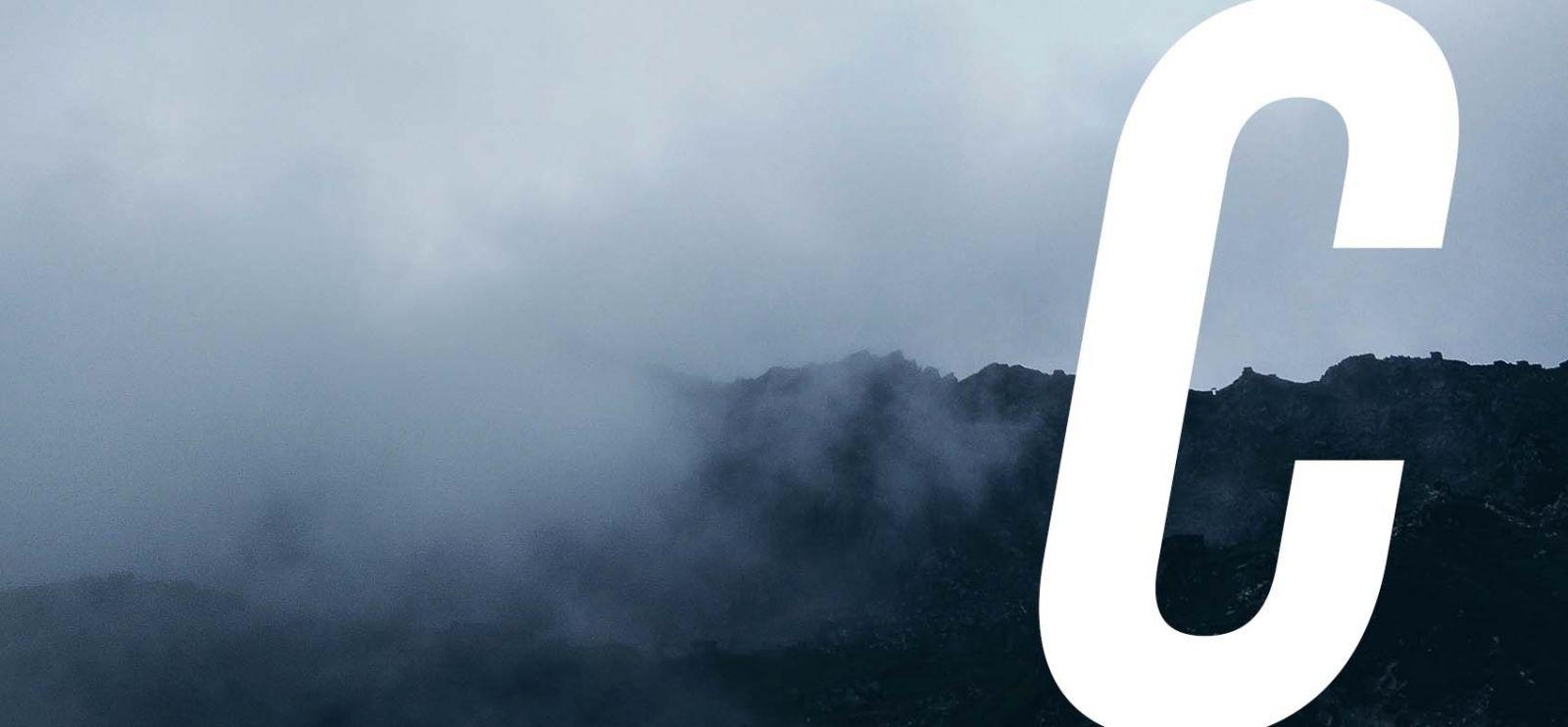 Sötét ködös és felhős hegyvidék